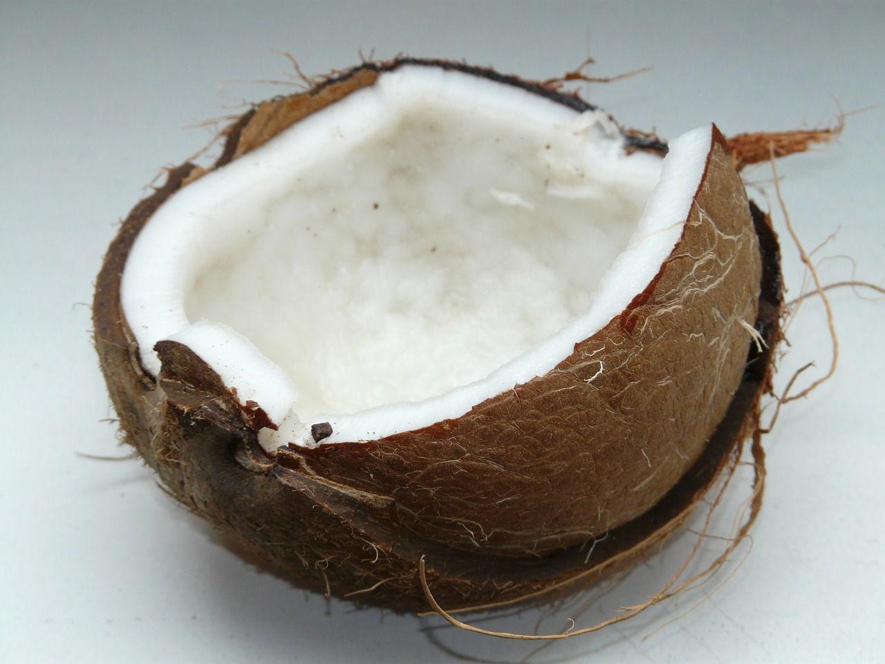Olej kokosowy ma właściwości prozdrowotne i szerokie zastosowanie w diecie, odchudzaniu i kosmetyce